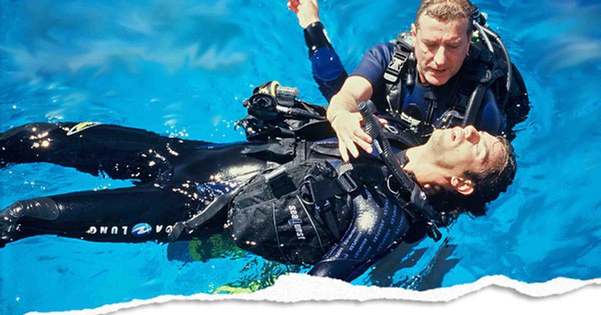 rescue diver assisting unconscious diver during a lesson