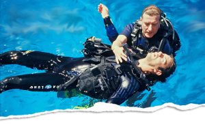 rescue diver assisting unconscious diver during a lesson